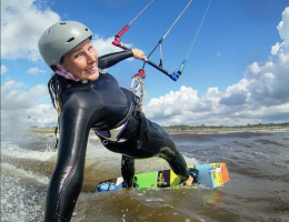 kitesurfande tjej