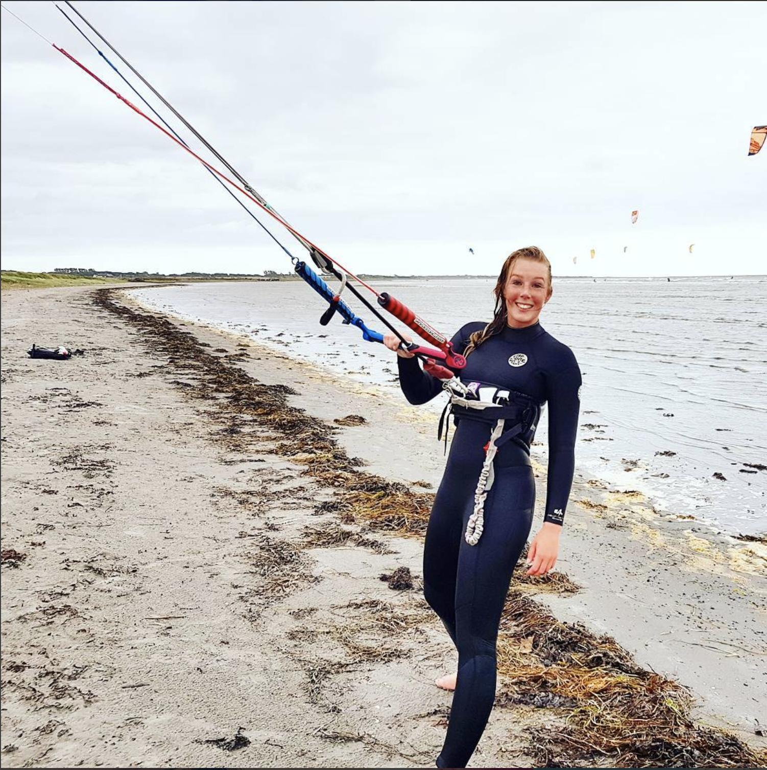 kitesurfande tjej på stranden