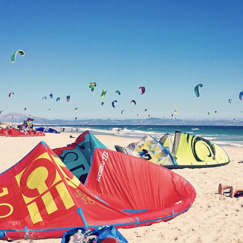 kitesurf tangana tarifa - massor av kite på stranden