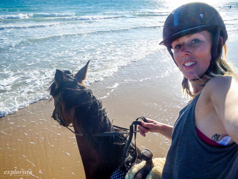 explorista rider på stranden