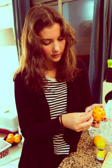 tjej gör apelsin med nejlikor