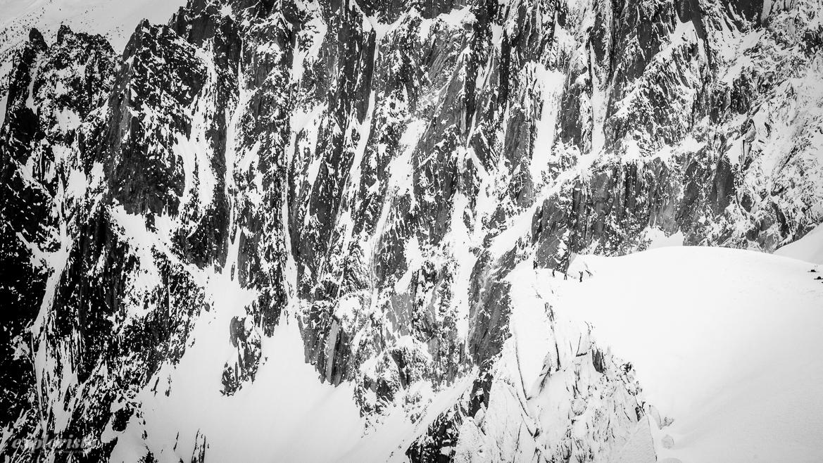 skidåkare på väg mot glaciären och valle blanche