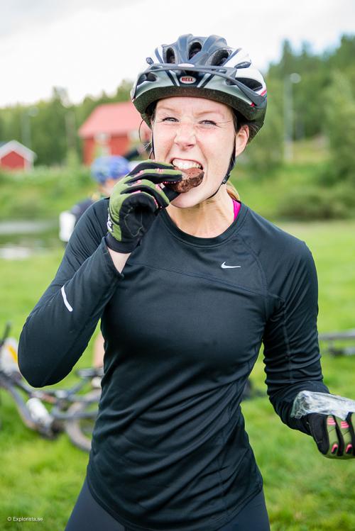 tjej i cykelkläder