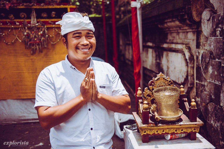Man hälsar på Bali