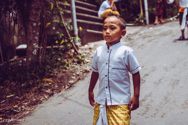 Pojke i traditionella kläder på Bali