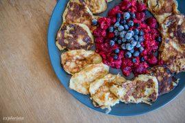 bananpannkakor med hallon och blåbär
