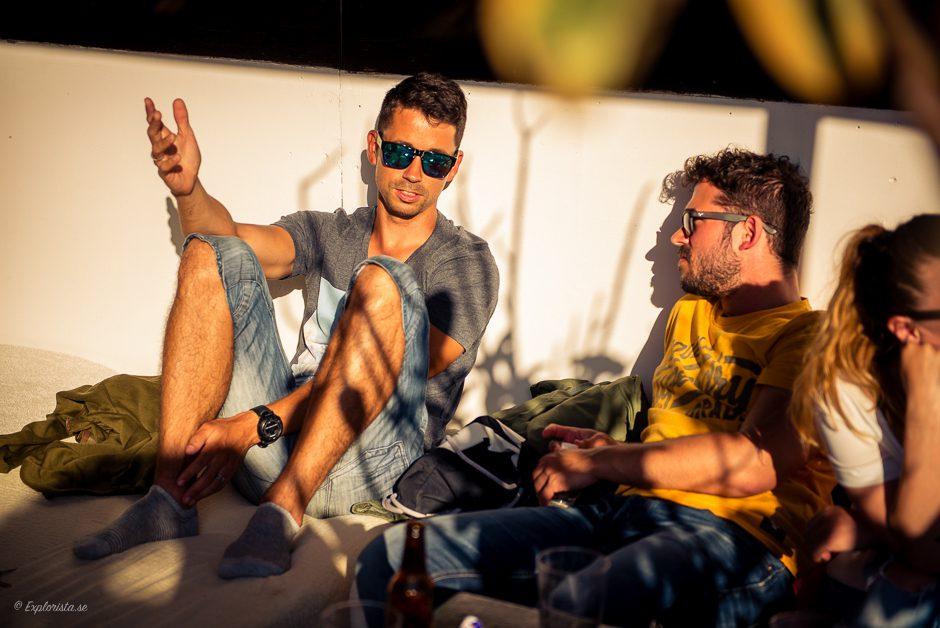 killar pratar i solnedgång