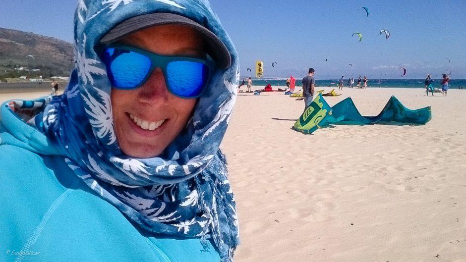tjej scarf runt håret strand
