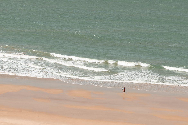 man som går på strand i brasilien