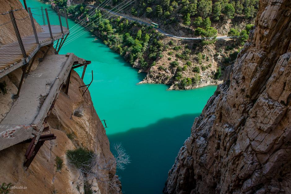 vandring på berg över turkos sjö