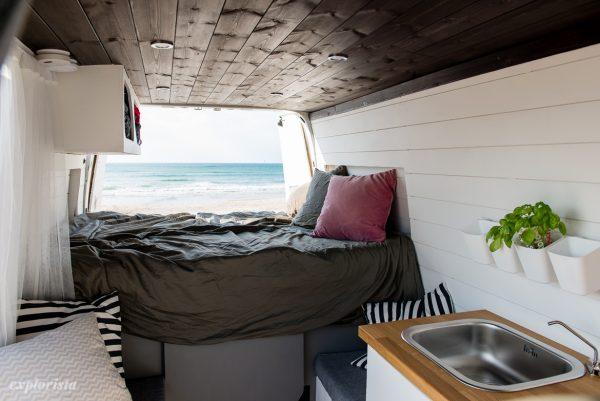 layout i campervan med fast säng