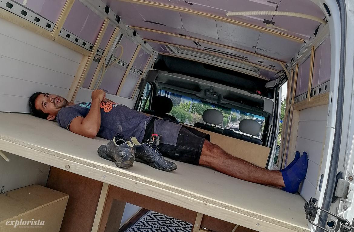 säng på bredden i campervan