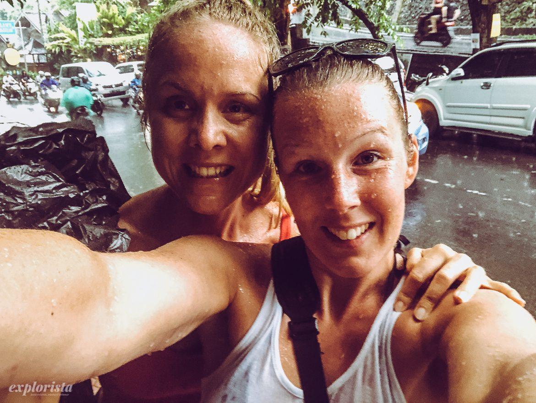 nathalie & emmi i regn på bali