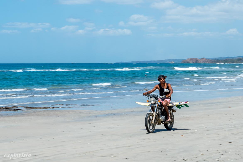 surfare på motorcykel på stranden