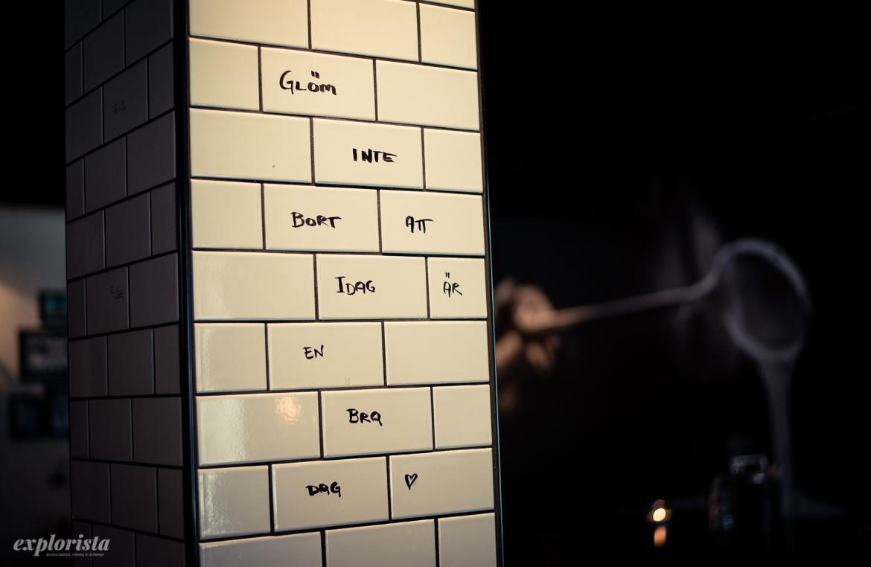 vägg med ord