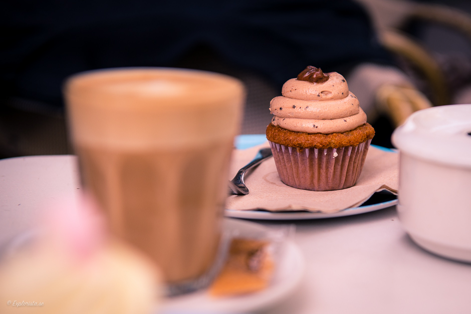 chokladcupcake och kaffe