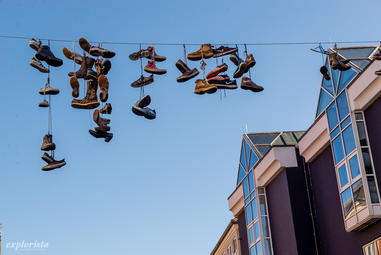 skor hängande i telefonlina