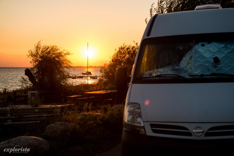 solnedgång och campervan