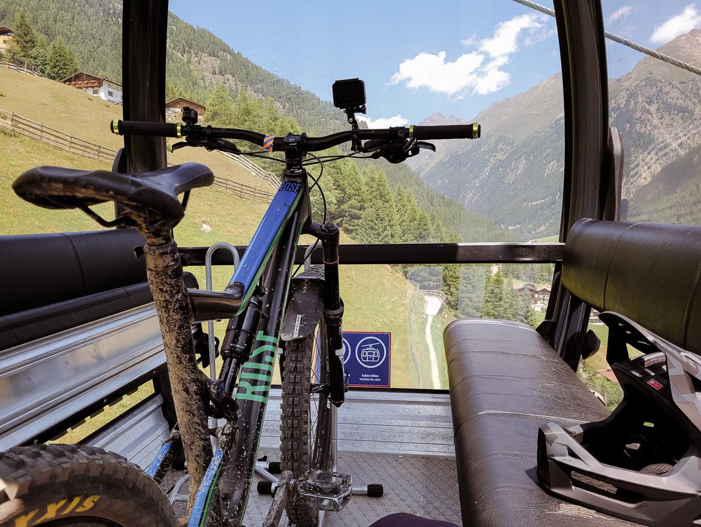 Lift med cykel i Alperna