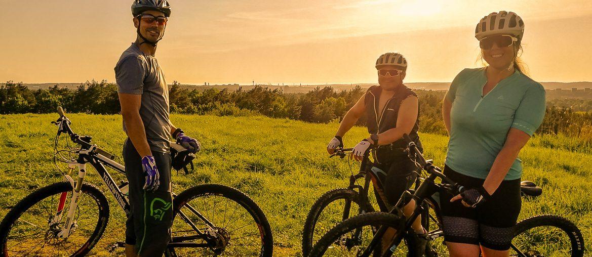 mountainbike i kvällssol på brudarebacken i skatås