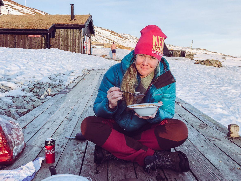 sarah äter middag på bryggan i kvällsol