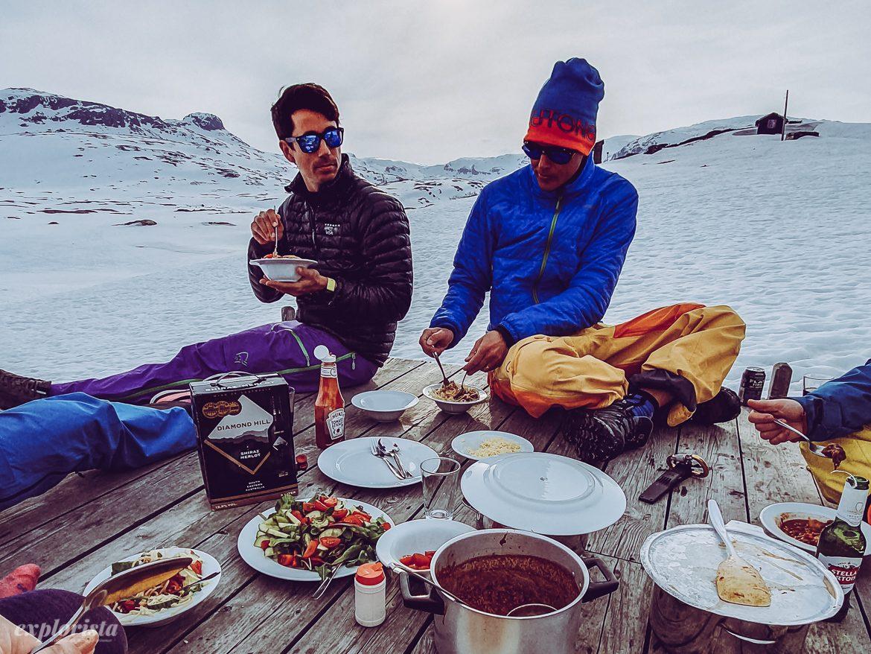 middag i kvällsol på vinterbrygga