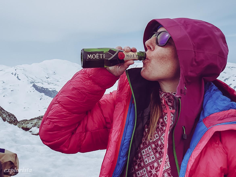 Explorista på topptur, dricker Moët Chandon toppbubbel