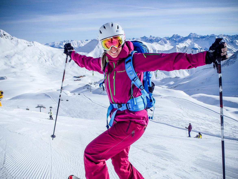 Färgglad skidåkartjej i Alperna