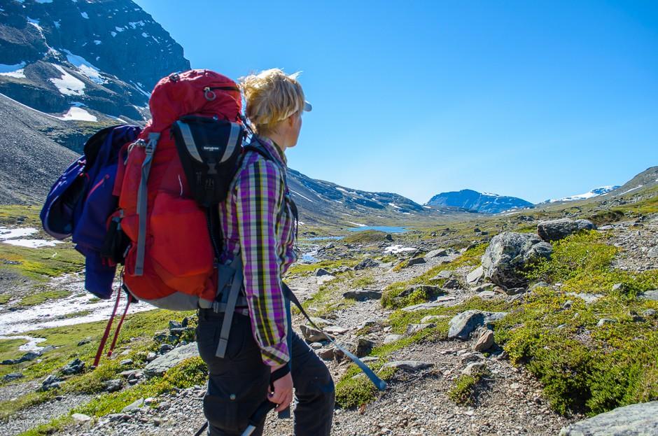 fjällvandring tjej ryggsäck