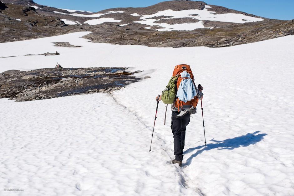 vandring genom snö