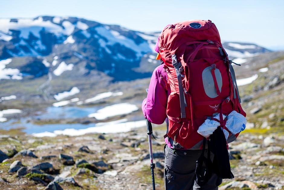 tjej med osprey-ryggsäck