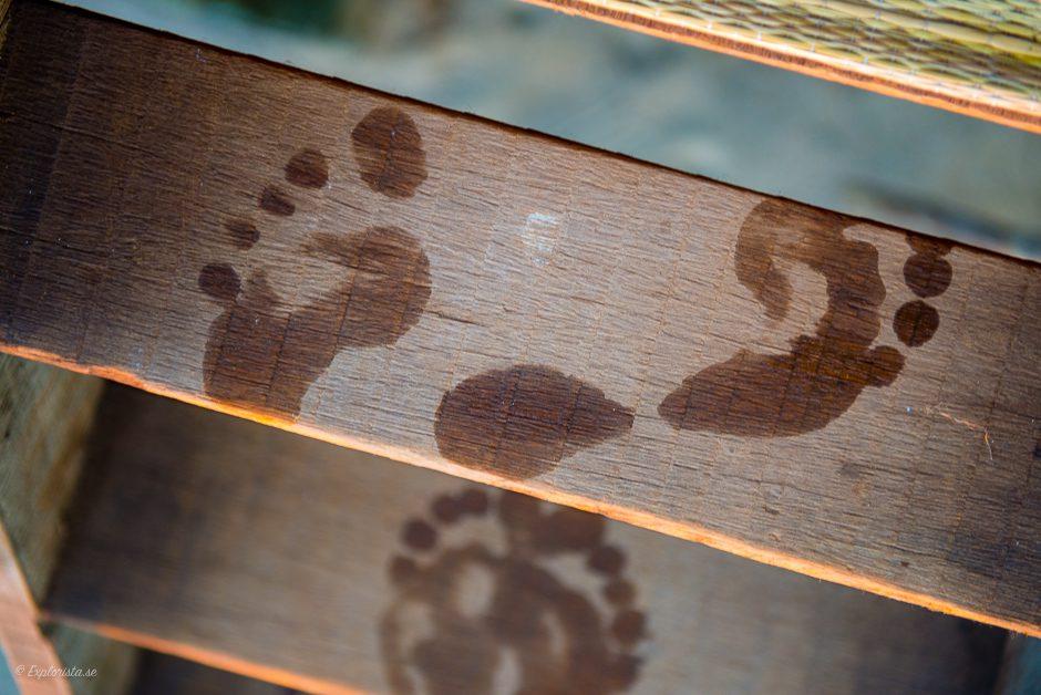 blöta fotspår trätrappa