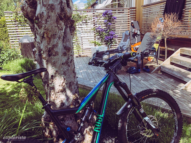 mountainbike & kitesurfinggrejer i trädgård
