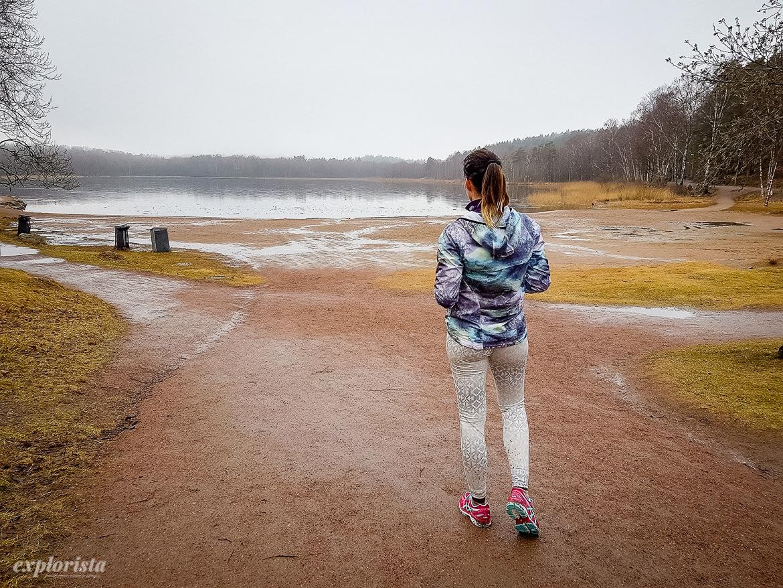 löpare framför sjö