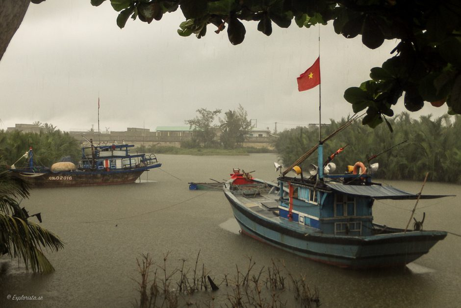 båt i regn