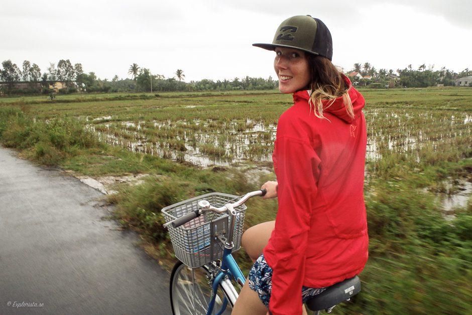 cyklande tjej vid risfält