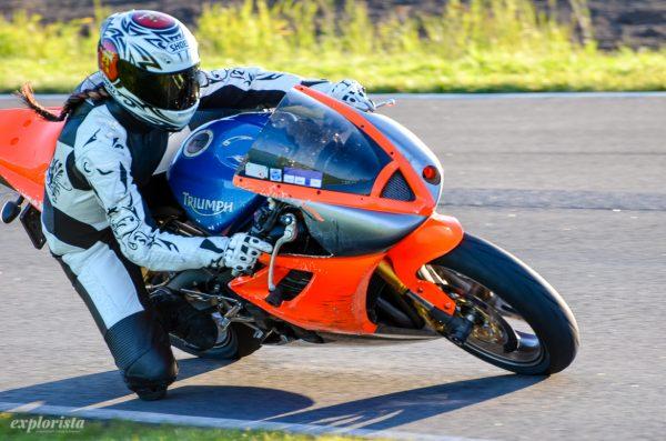 explorista på motorcykel på bana