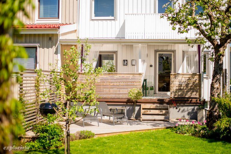 hus med fin trädgård och altan