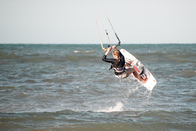 Explorista (Emmi) kitesurfare i Cumbuco, Brasilien