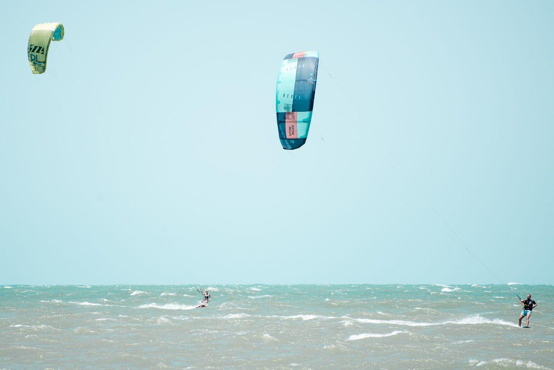 två kitesurfare