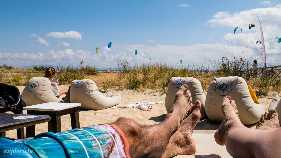 utsikt från agua över strand med kites