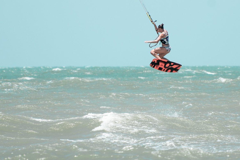 Kitesurftjej hoppar