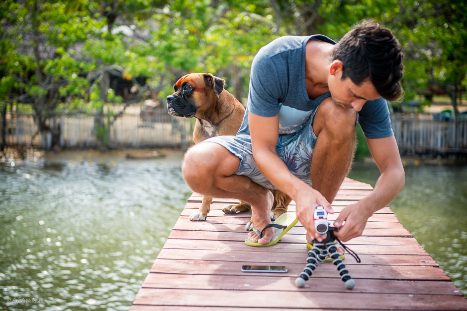 kille med actionkamera och hund på bro