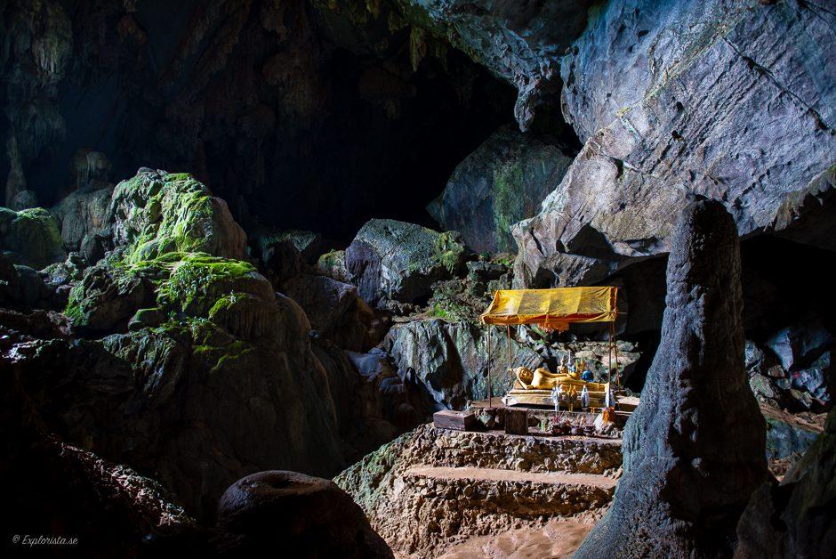 stor grotta med buddhastaty