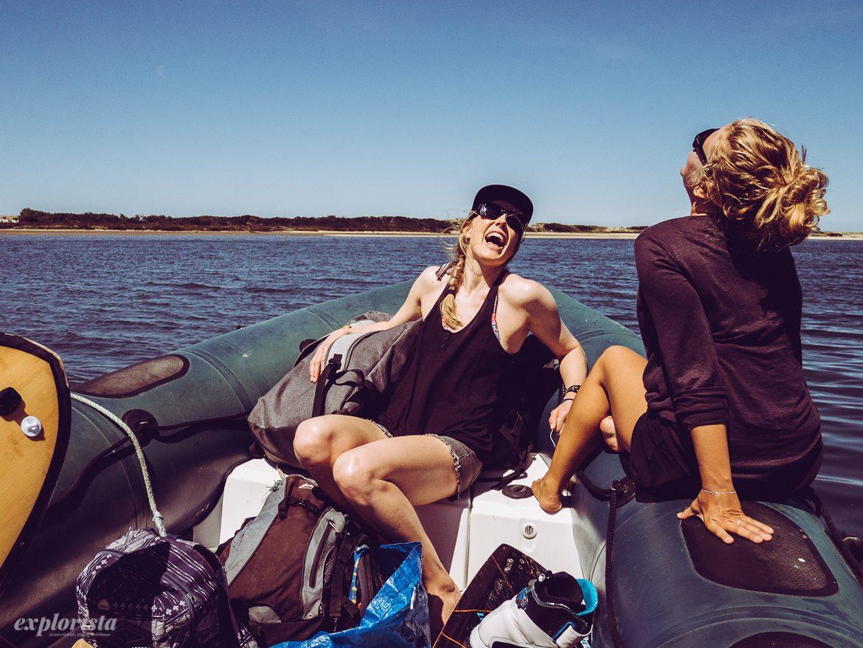 Marit & Jossan i båt på väg till kitespot
