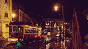 Lissabon spårvagn i mörkret