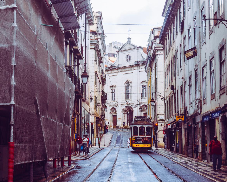 Lissabon gator spårvagn gul