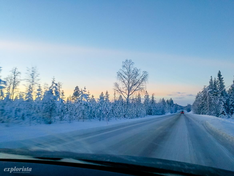 snöigt vinterlandskap väg