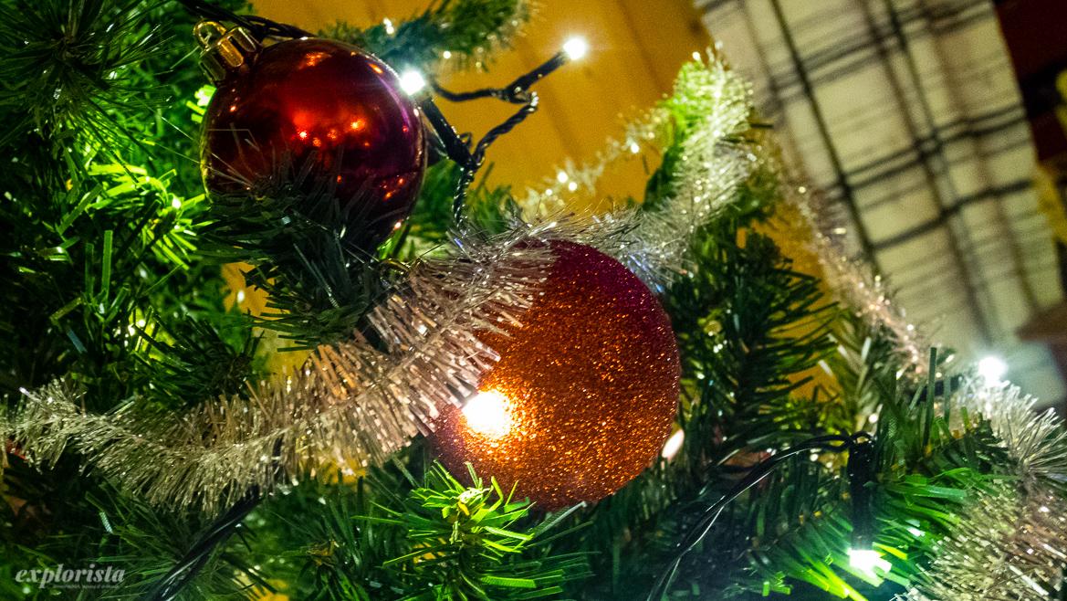 plastgran med julgranskulor