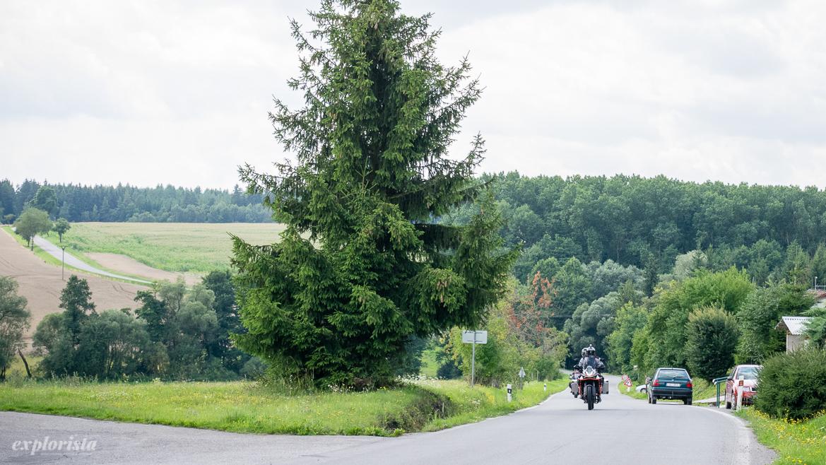 motorcykel på tjeckiska landsbygden